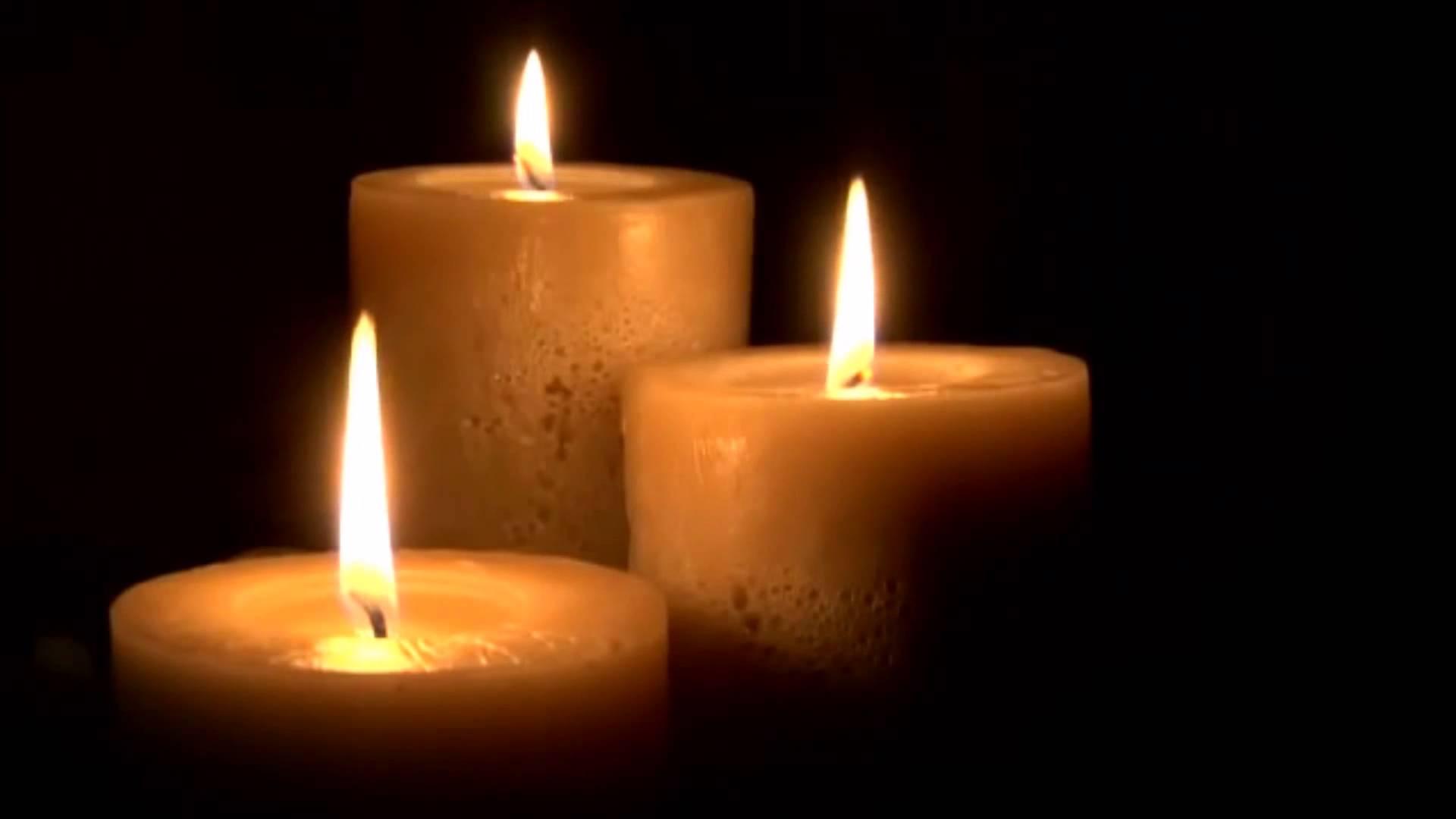 поменни горящи свещи