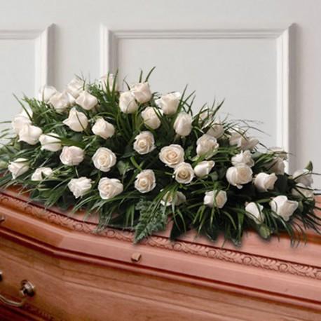погребална аранжировка бели рози